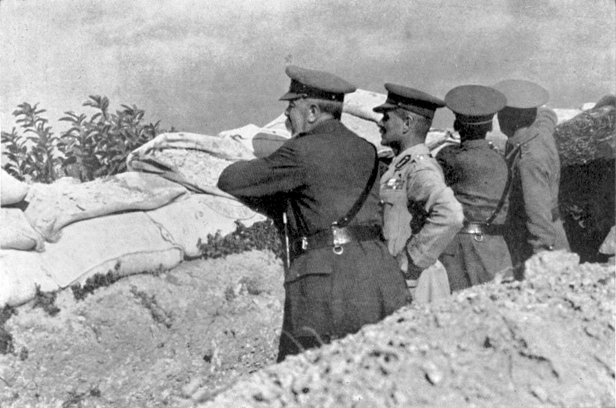 Kitchener viendo de cerca el desastre en Galípoli | Wikimedia Commons