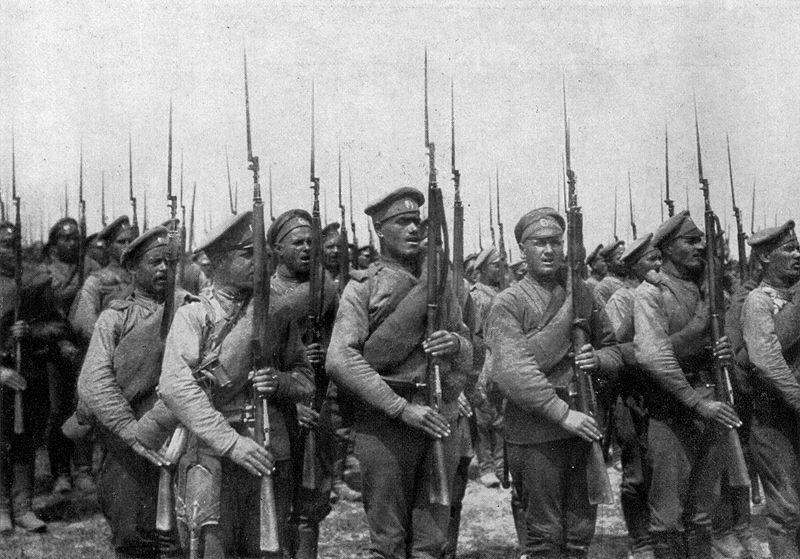 Infantería rusa en 1916, todos con su fusil, que se note | Fuente