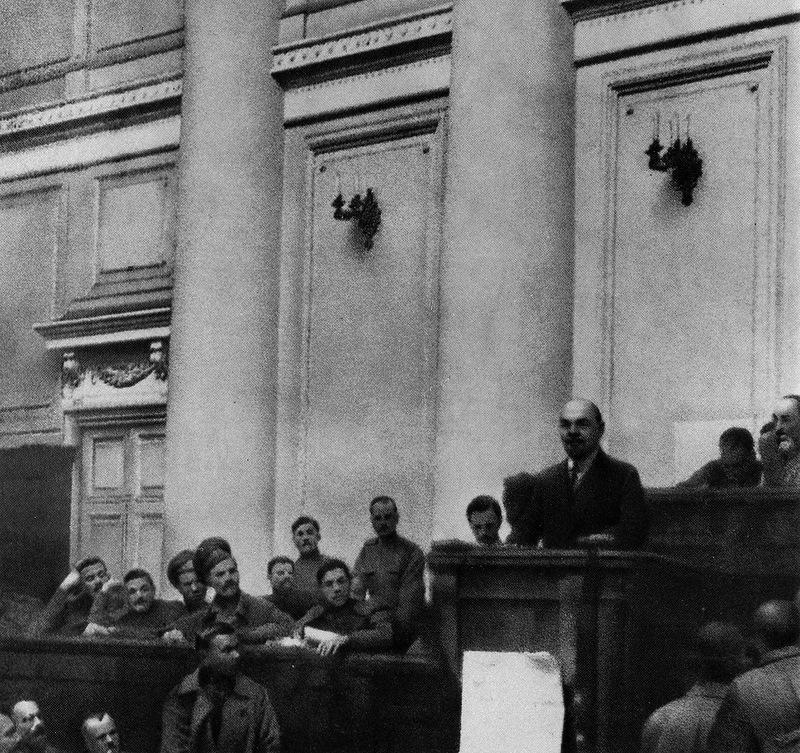 Lenin, presentando su tesis de abril en 1917 | Fuente
