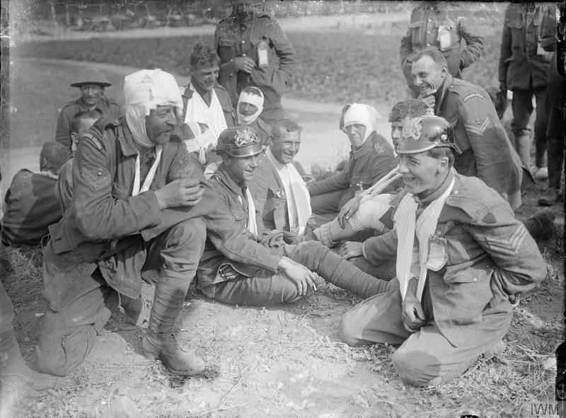 Británicos heridos bromeando con trofeos del enemigo | Fuente