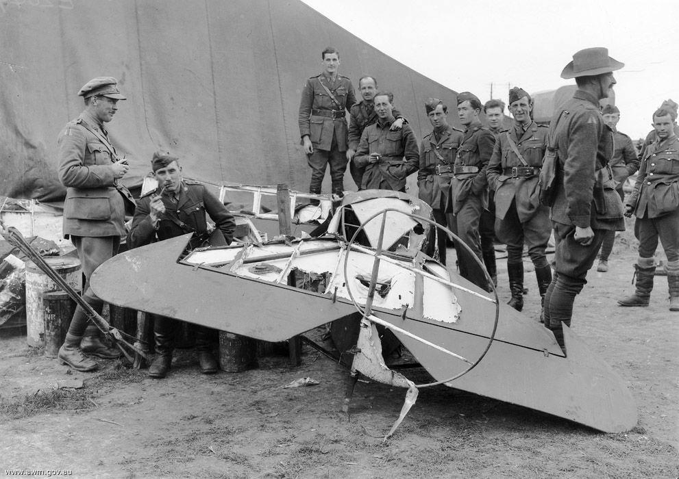A pesar del respeto al enemigo, los soldados posaron con orgullo frente a los restos del Fokker del Barón Rojo