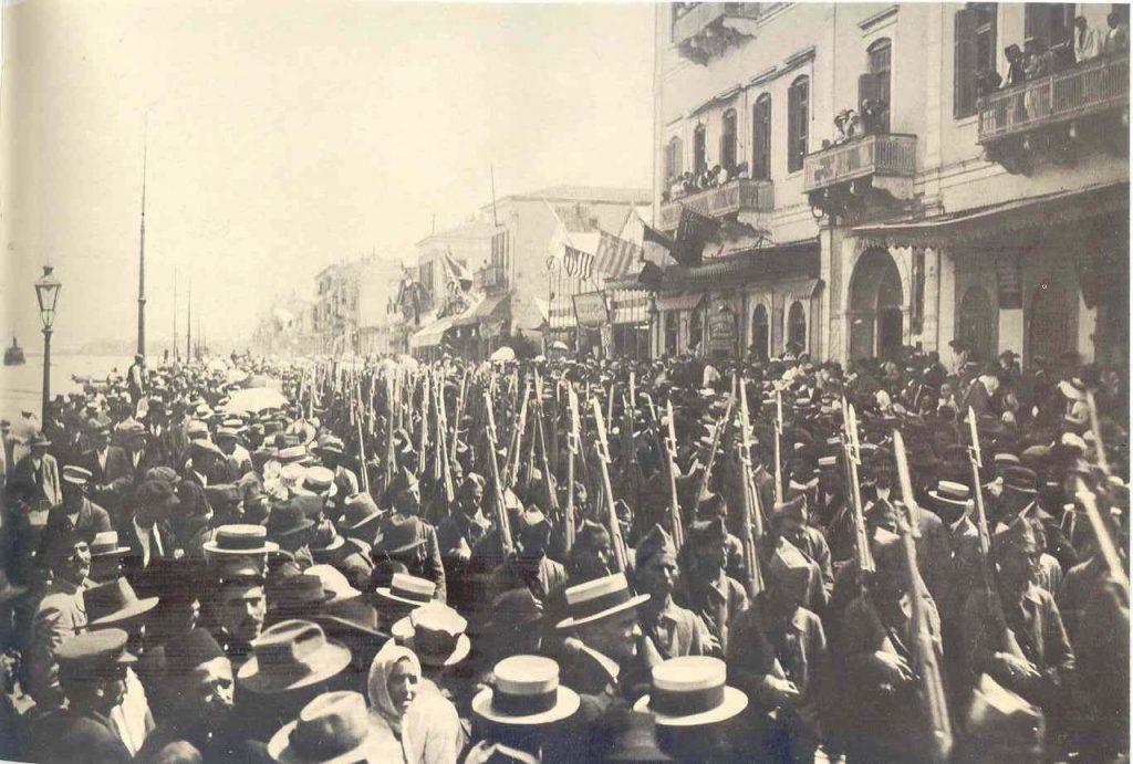 Tropas griegas marchando por la ciudad de Esmirna en 1919