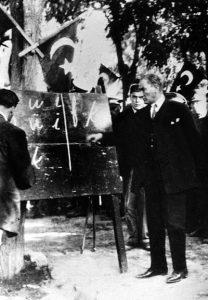 Atatürk enseñando el nuevo alfabeto