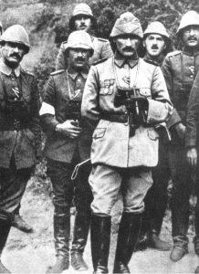 Mustafá Kemal (al frente) durante la defensa de los Dardanelos